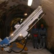 Bras de foreuse de mine utilisé dans un tunnel